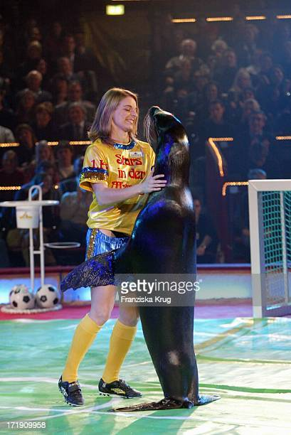 Die Fussballerin Nia Künzer Mit Der Seelöwennummer Bei Generalprobe Zu Stars In Der Manege Im Zirkus Krone Am 051203
