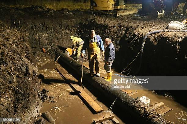 Die ganze Nacht hindurch wurde an dem Rohr gearbeitet In Überherrn ist Wasserchaos ausgebrochen nachdem die Hauptwasserleitung der...