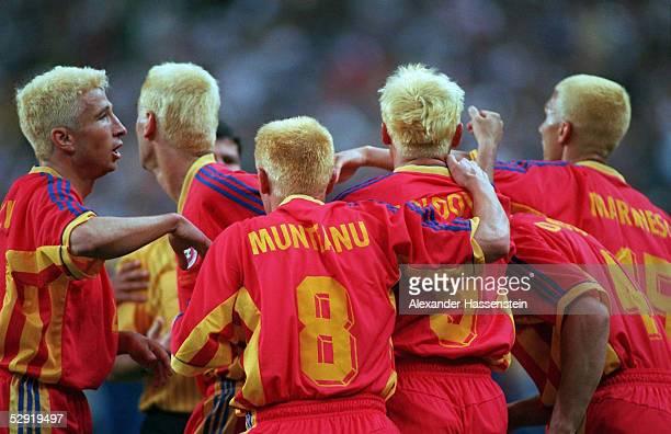 1 JUBEL RUMAENIEN Die geasmte Mannschaft liess sich die Haare blond faerben