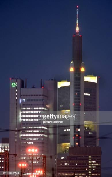 Die Gebäude der Dresdner Bank und der Commerzbank in Frankfurt schienen schon fest miteinander verbunden zu sein : Doch jetzt ist die geplante Fusion...