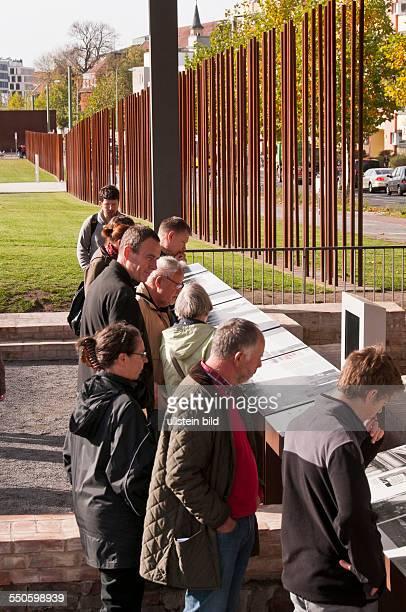 Die Gedenkstätte Berliner Mauer an der Bernauer Straße in BerlinPrenzlauer Berg Dicht stehende Metallrohre in der Höhe der einstigen Mauer zeigen den...