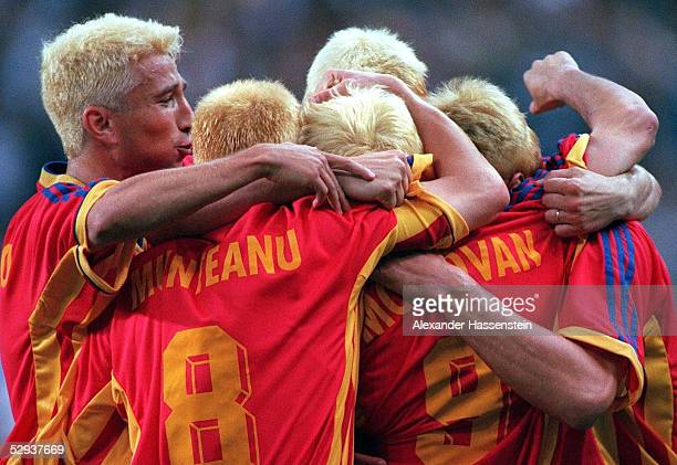 Paris StDenis 260698 RUMAENIEN TUNESIEN 11 TORJUBEL ROM Die gesamte Mannschaft faerbte sich vor dem Spiel die Haare blond