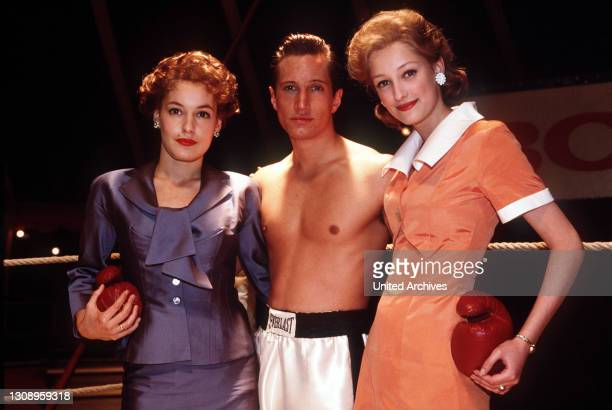 Die Geschichte des Weltklasseboxers Bubi Scholz / Szene mit Bubi Scholz , Helga und Renate . / Überschrift: DIE BUBI SCHOLZ-STORY / BRD 1997,...