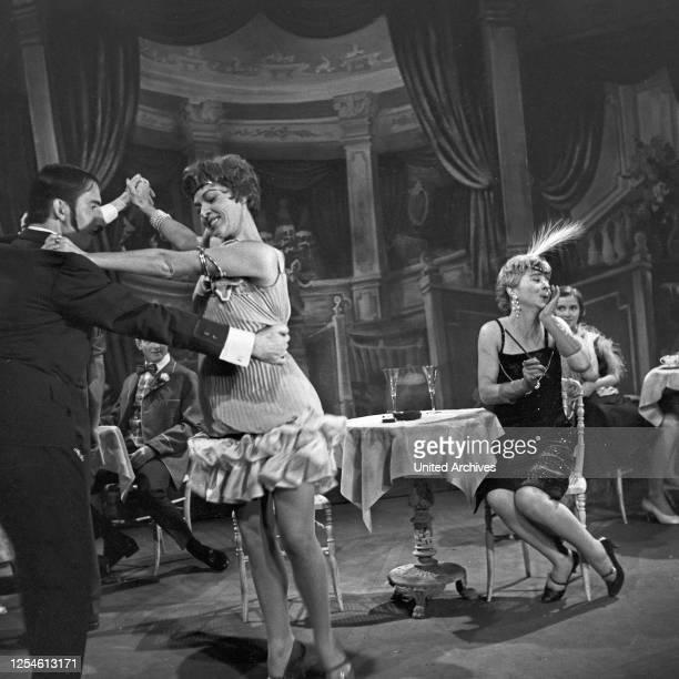 """Die goldenen 20er Jahre sind das Thema der NDR Fernsehshow """"Evergreens - aus Alt mach neu"""", Deutschland 1950er Jahre."""