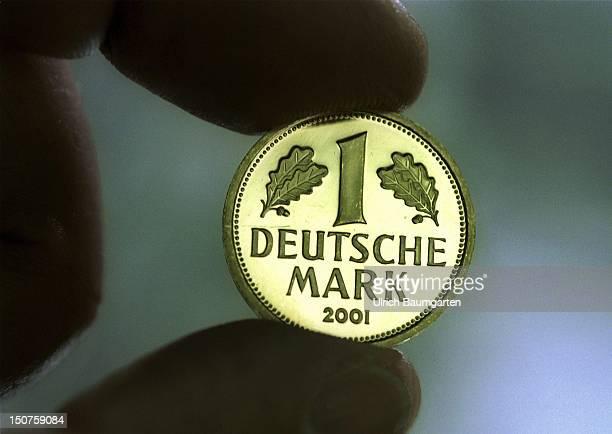 GERMANY MUENCHEN Die goldenen EineMarkGedenkmuenzen fuer die Ende des Jahres scheidende Deutsche Waehrung Die Mark in Gold wird je nach Kurs des...