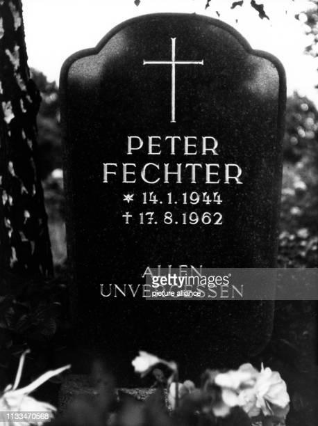 Die Grabstätte von Peter Fechter auf dem Friedhof der AuferstehungsGemeinde im Ostberliner Bezirk Weißensee aufgenommen im August 1965 Der...