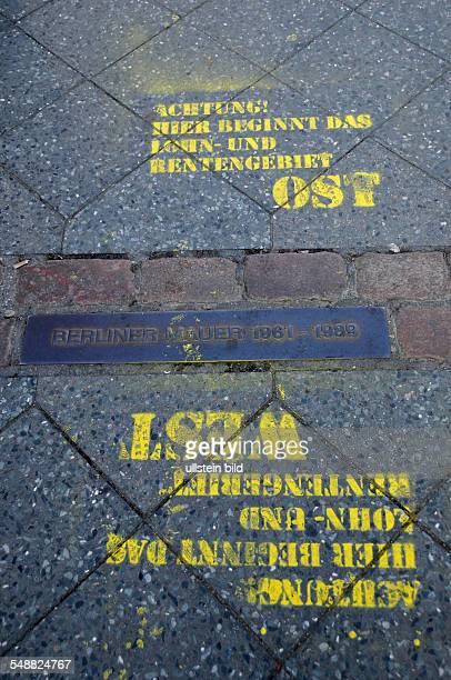Die Grenze zwischen dem ehemaligen Ost und Westberlin am Checkpoint Charlie in der Friedrichstraße zwischen den Stadtbezirken Mitte und Kreuzberg Die...