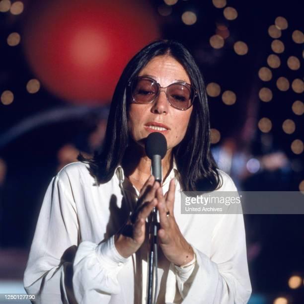 Die griechische Sängerin Nana Mouskouri, Deutschland 1980er Jahre.