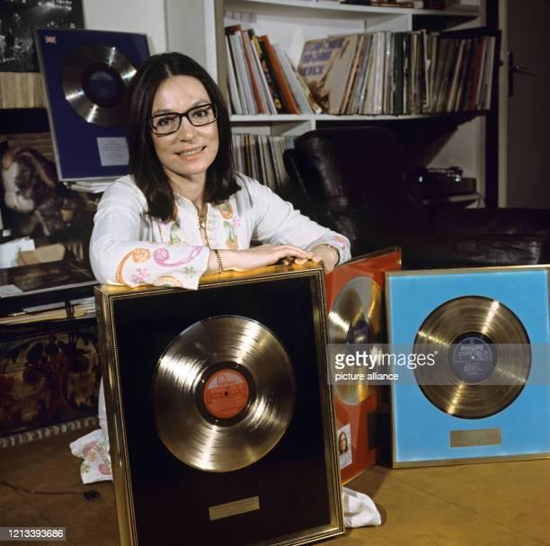 """Die griechische Sängerin Nana Mouskouri mit einigen ihrer Goldenen Schallplatten am in Paris. Mit den Schlagern """"Ein Schiff wird kommen"""" und """"Weiße..."""