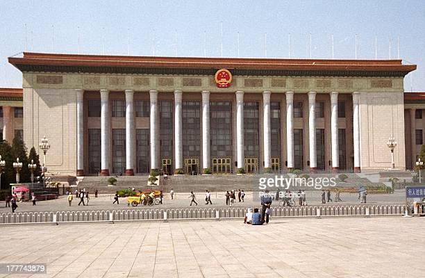 Die Große Halle des Volkes auf Tian'an menPlatz Beijing Hauptstadt von China Asien Reise Gebäude Architektur Staatswappen Wappen Volksrepublik...