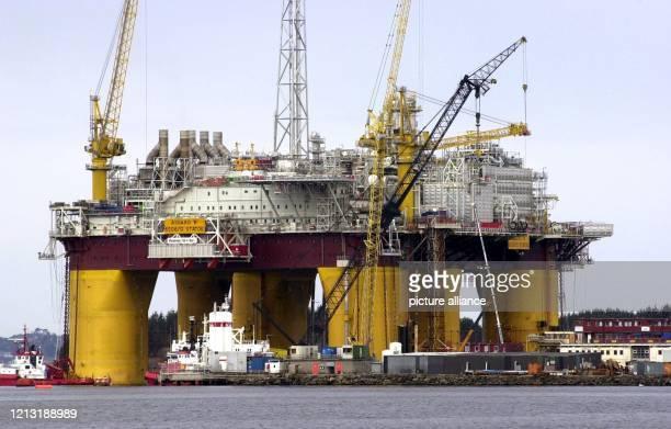 Die größte schwimmende Gasplattform der Welt liegt am 13.4.2000 in Stavanger fertig zum Abschleppen in das Erdgasfördergebiet Asgard in der...