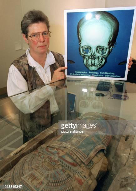 Die Ägyptologin Renate Germer zeigt den Ausdruck einer Computertomographie vom Schädel einer etwa 2100 Jahre alten Mumie Mit Hilfe der...