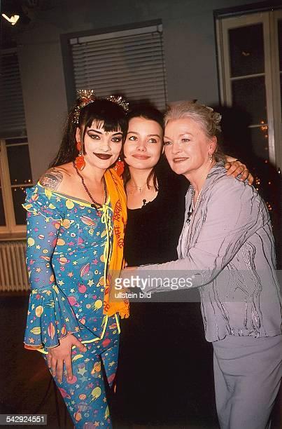 vl Nina mit Tochter Cosma Shiva und Mutter EvaMaria Aufgenommen um 1999