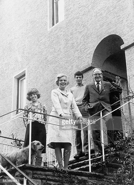 Die Hamburger Volksschauspielerin Heidi Kabel im Jahre 1979 mit ihrer Familie vor ihrem Hause vlnr Tochter Heidi Mahler Heidi Kabel Sohn Heiko Mahler...