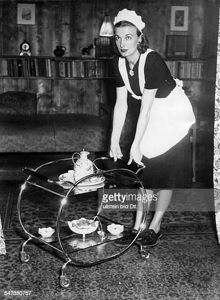 Die Hausgehilfin serviert den Tee;Teewagen mit verchromtem Stahlrohrrahmenund Plexiglasplatten- 1952