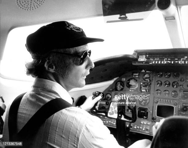 Die historische Aufnahme vom zeigt den ehemaligen Formel 1Piloten Niki Lauda im Cockpit einer seiner Maschinen Der Österreicher zählt als dreifacher...