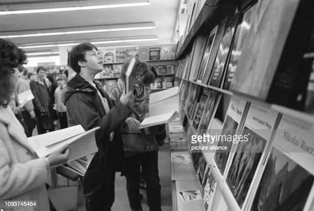 Die im Frühjahr jeden Jahres stattfindene Buchmesse in Leipzig war für viele DDRBürger ein besonderes Ereignis aufgenommen 1986 Auf der Leipziger...