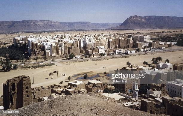 Die in der jemenitischen Wüste gelegene Oasenstadt Shibam Die für die jemenitische Architektur typischen eng zusammenstehenden Wohntürme prägen das...
