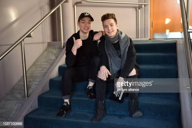 EXKLUSIV Die Internetstars DieLochissind Zwillingsbrüder und heißen mit bürgerlichem Namen Heiko und Roman Lochmann sitzen am in Düsseldorf nach...