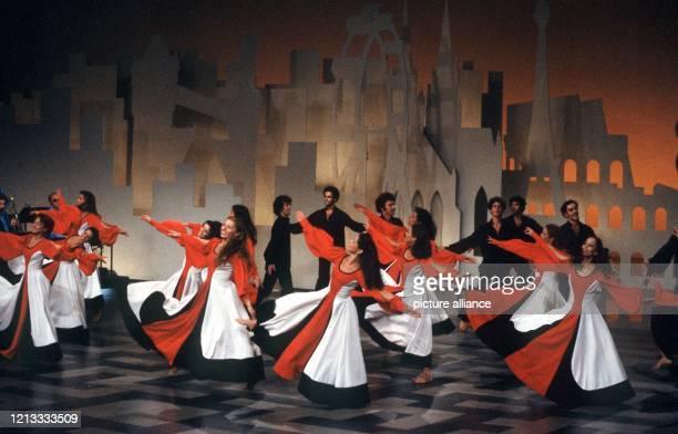 Die israelische Tanzgruppe Shalom 79 während ihres Auftritts in der Quizshow Einer wird gewinnen am 1591979