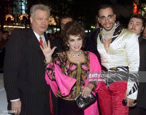 """Die italienische Film-Diva Gina Lollobrigida ist am 2.12.1999 in Stuttgart auf dem Weg in den ersten """"Pompöös Shop"""" von Dieter Schroth und Harald..."""