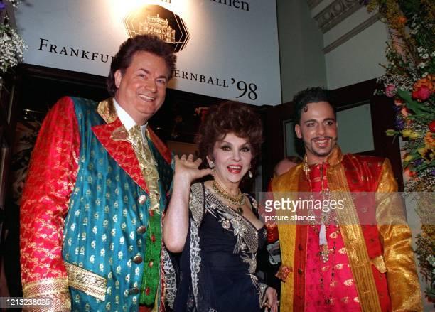 Die italienische Filmdiva Gina Lollobrigida winkt, als sie in Begleitung zweier orientalisch gekleideter Männer am 21.2.1998 auf den Frankfurter...
