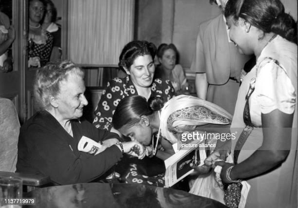 Die italienische Pädagogin und Ärztin Maria Montessori wird während des 8 Internationalen MontessoriKongresses am 22 August 1949 in San Remo in...