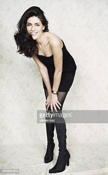Die italienische Schauspielerin und ehemalige Schönheitskönigin Anna Valle in einem sexy schwarzen Outfit Sie trägt ein kurzes schulterfreies Kleid...