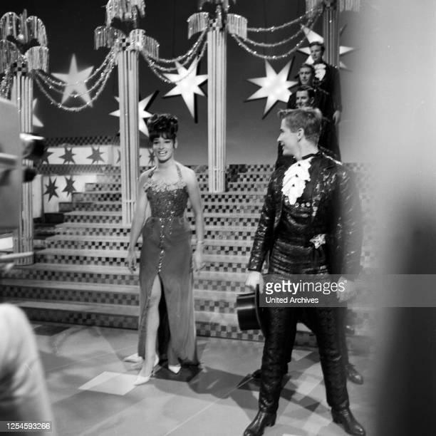 """Die italienische Schlagersängerin Angelina Monti in der Fernsehshow """"Musik, Musik, Musik"""", Anfang der 1960er Jahre."""