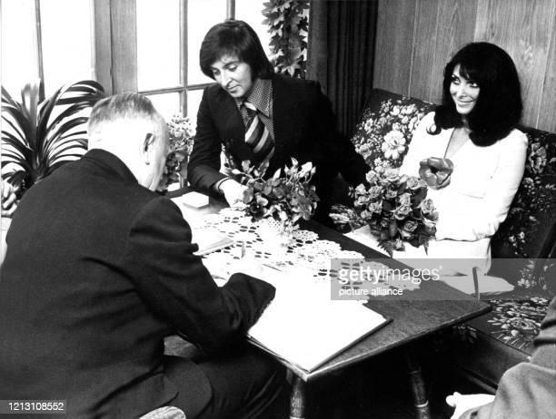 Die jugoslawische Schauspielerin und Sängerin Dunja Rajter und Les Humphries während ihrer standesamtlichen Trauung am 13 Juni 1972 in Undeloh Nach...