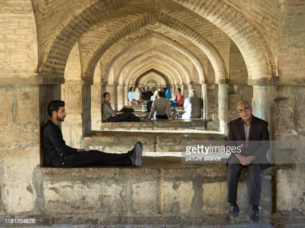 Die Khadju-Bru_cke über den Zayandeh Rud Fluss in der iranischen Stadt Isfahan, aufgenommen am . Die zweistöckigen Brücke mit seinen 23...