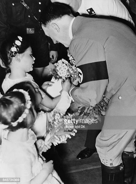 Die Kinder von Joseph Goebbels Helga Hellmuth Hilde gratulieren Adolf Hitler