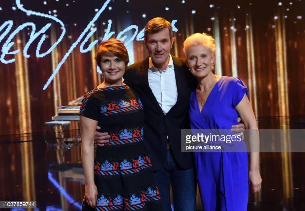 """Die Kinder von Udo Jürgens Jenny ,John und Sonja, stehen am in Hürth nach der Aufzeichnung der RTL-Show """"MERCI UDO - DEUTSCHLAND SAGT DANKE!"""" auf der..."""