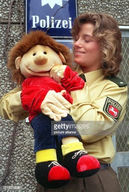 """Die kindgerechte Handpuppe """"Freddy"""" stellt die 24 Jahre alte Polizeikommissarin Britta Wilken am 8.9.1998 in Laatzen bei Hannover vor. Seit rund..."""