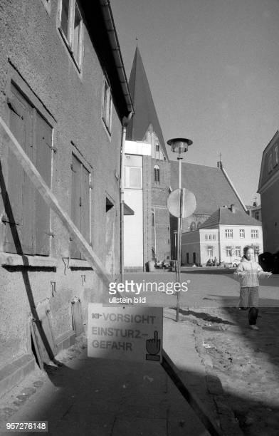 Die Kleinstadt Röbel im heutigen Mecklenburg Vorpommern in der Wendezeit Hinweis auf ein einsturzgefährdetes Haus in der Altstadt aufgenommen im März...