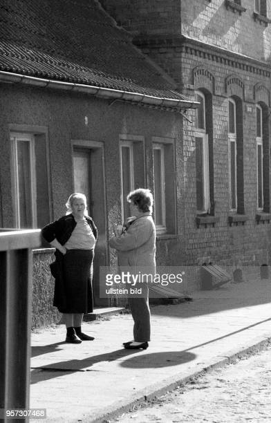 Die Kleinstadt Röbel im heutigen Mecklenburg Vorpommern in der Wendezeit Plausch zweier Frauen in der Altstadt aufgenommen im März 1990