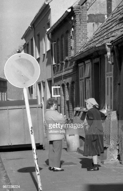 Die Kleinstadt Röbel im heutigen MecklenburgVorpommern in der Wendezeit Plausch zweier Frauen in der Altstadt aufgenommen im März 1990