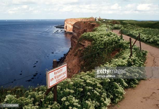 Die Klippenpromenade an der Steilküste von Helgoland in der Deutschen Bucht im Bundesland SchleswigHolstein Die steil aus dem Meer aufragende rote...