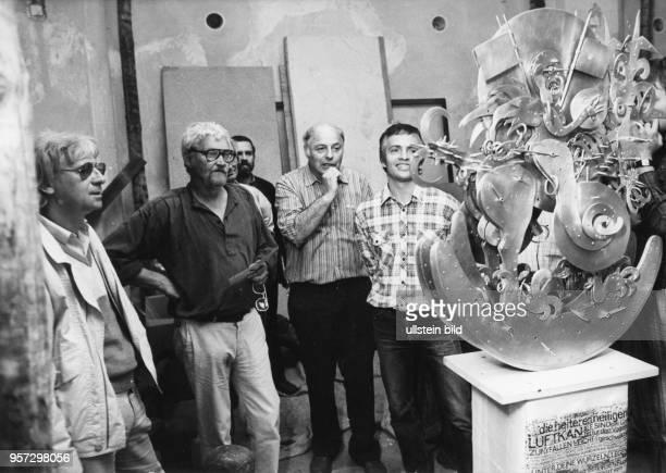 Die Künstler Friedrich Henkel Jo Jastram Helmut Heinze und Bernd Göbel betrachten am in Dresden ein Kunstobjekt welches bei positivem Befund der...