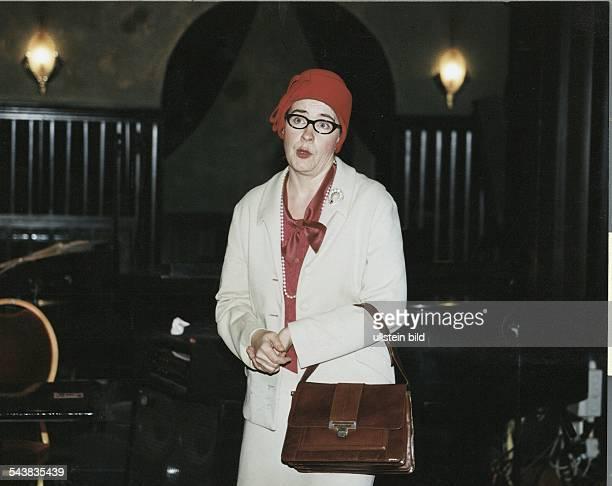 Die Komikerin Jutta Wübbe alias Marlene Jaschke mit ihrem roten Hut schwarzer Brille und Handtasche Aufgenommen Februar 1998