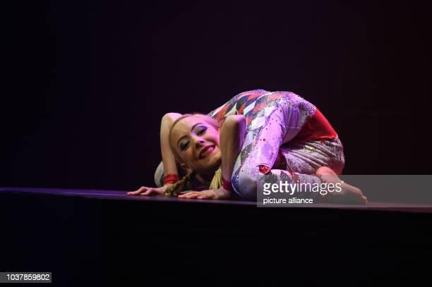 Die KontorsionAkrobatin Jordan McKnigt posiert am in Düsseldorf auf der Bühne des Roncalli`s Apollo Varietè bei der Premiere der VarietèShow Tulpen...