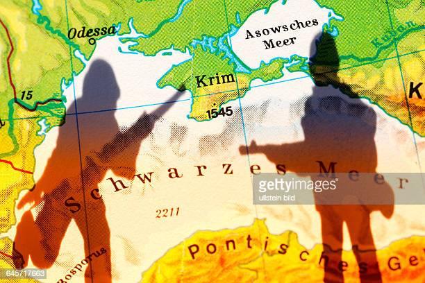 Die Krim auf einer Landkarte und Schatten eines Soldaten, Krim-Krise