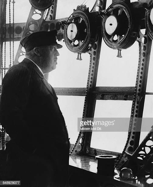 'Die Küste in Sicht' Luftschiffführer Hugo Eckener an Bord des LZ 127 'Graf Zeppelin' auf der Reise nach Südamerika 1932 Foto Martin Munkacsy