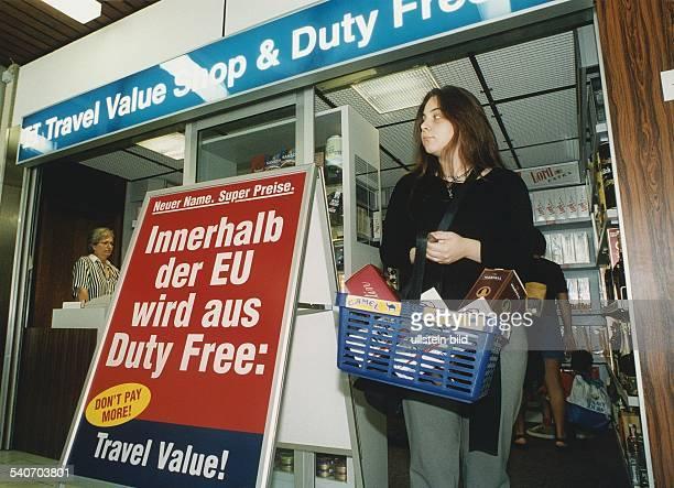 Die Kundin eines Travel Free Shop & Duty Free auf dem Flughafen Saarbrücken verläßt das Geschäft mit einem gefüllten Korb in dem sich Tabakwaren und...