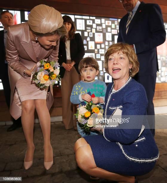 Die Lebensgefährtin des Bundespräsidenten Daniela Schadt und Königin Mathilde besuchen am in Antwerpen in Belgien die Modeakademie und werden von...