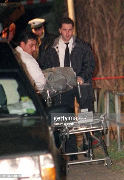 Die Leiche des getöteten Tristan Brübach wird am 2631998 im Frankfurter Stadtteil Höchst abtransportiert Der 13jährige ist an Würge und...