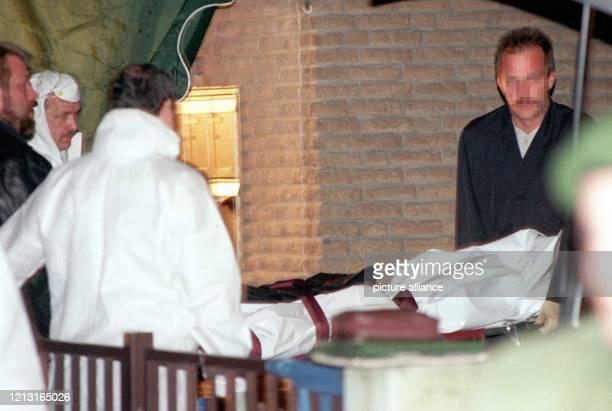 Die Leiche eines Polizeibeamten wird am Abend des 2441999 in Solingen vom Tatort weggetragen Der 45jährige Kriminalhauptkomissar war am Nachmittag...