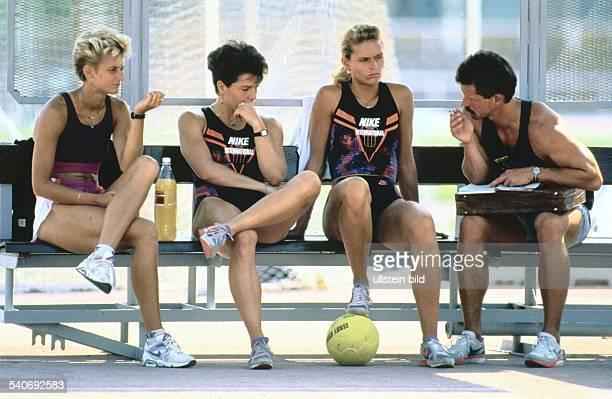 Die Leichtathletinnen Silke Möller Grit Breuer und Katrin Krabbe im Gespräch mit ihrem Trainer Thomas Springstein Undatiertes Foto
