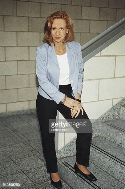 Die Leiterin der TVAuslandsredaktion des Norddeutschen Rundfunks Patricia Schlesinger steht in einem Treppenhaus an einem Treppenaufgang Sie trägt...