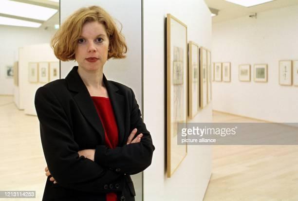 Die Leiterin des neuen HorstJanssenMuseum in Oldenburg Jutta MosterHoos stellt sich am 8112000 im oberen Ausstellungsraum mit zahlreichen Grafiken...